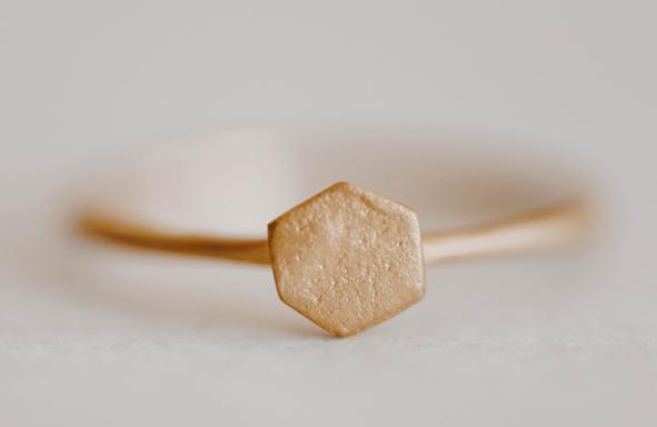 Prisma Ring steht für sich. Lebendiger Trauring Verlobungsring geometrisch