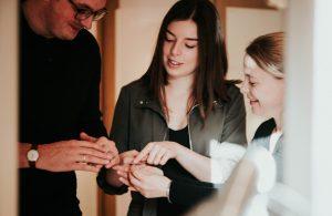 """""""Warum ist Euch dieses Symbol so wichtig? Warum wollt Ihr Ringe?"""" Zwei Fragen, die sarah mia seit Jahren in der Beratung von Brautpaaren begleiten. Denn ein Ring ist so viel mehr als nur ein Schmuckstück. Bezaubernde Momente, magische Erinnerungen, die ganz persönliche Liebesgeschichte, all das findet sich in einem Trauring. Deshalb steht die Stilberatung an erster Stelle. Bei diesem Beratungstermin der besonderen Art entwickeln wir gemeinsam das Design, das Euch und Eurer Liebe entspricht. Fühlen und sehen. Formen, Breiten und Farben begreifen. Mit viel Zeit. Mit viel Raum für die eigene Individualität, Eure Charaktere und einer Form, die zu Euch passt, von Kopf bis Fuß und die Euch als ganzen Menschen umfasst. Mit einem ausgeklügelten Beratungssystem, das über die vergangenen 10 Jahre entstanden ist."""