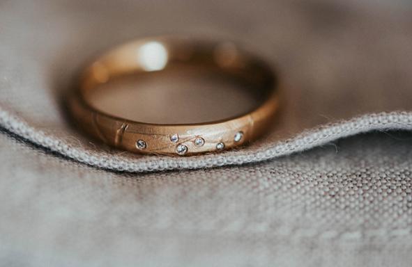 Fair Trade Trauring, lebendige Trauringe, Weddingring, Greengold, Grüngold, Handgearbeitete Trauringe, Handwerk, Designringe, Schmuckdesign,